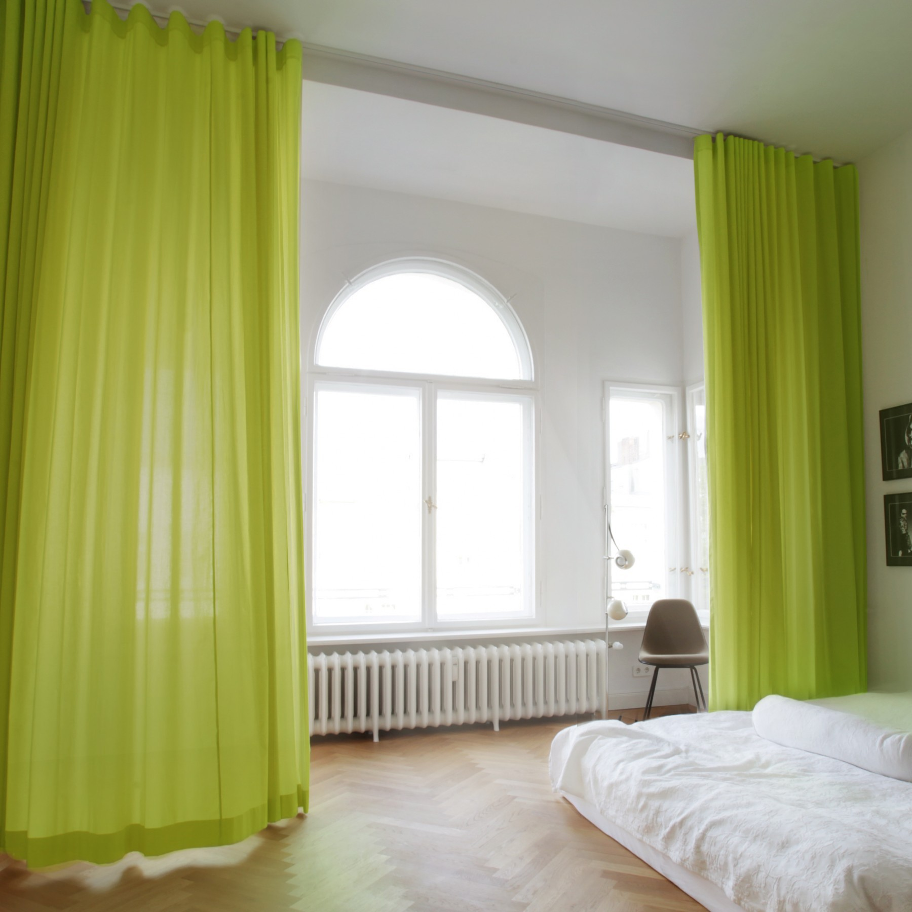 gr ner vorhang adele mit deckenschiene linus the curtain. Black Bedroom Furniture Sets. Home Design Ideas
