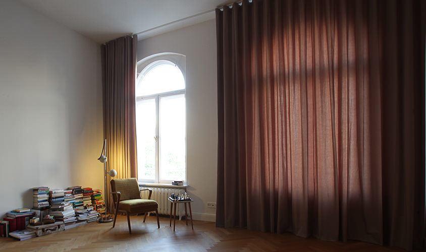 Wohnzimmer in Leipzig mit Vorhängen von thecurtainshop.de mit Wellenoptik